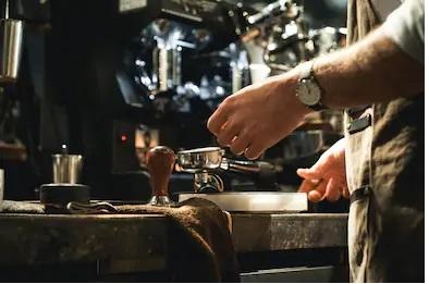 barman qui sert un expresso