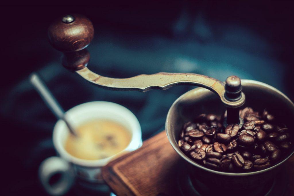 moulin a café avec tasse a café