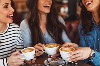 femmes rigolent autour un café