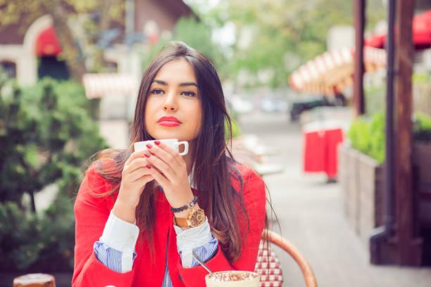 femme qui boit un café