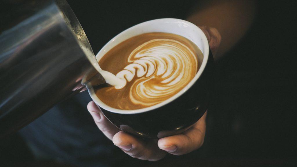 cafe dans tasse avec dessin de lait