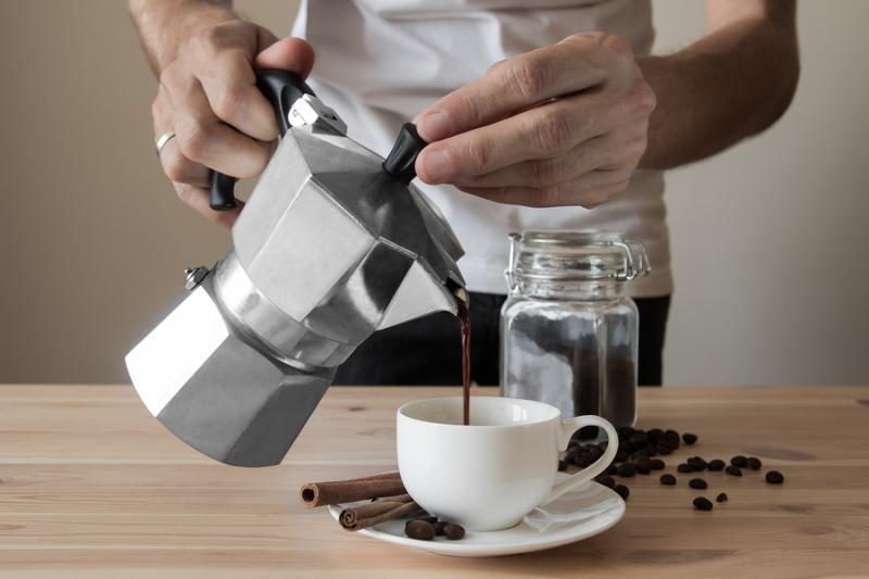 main qui fait un café