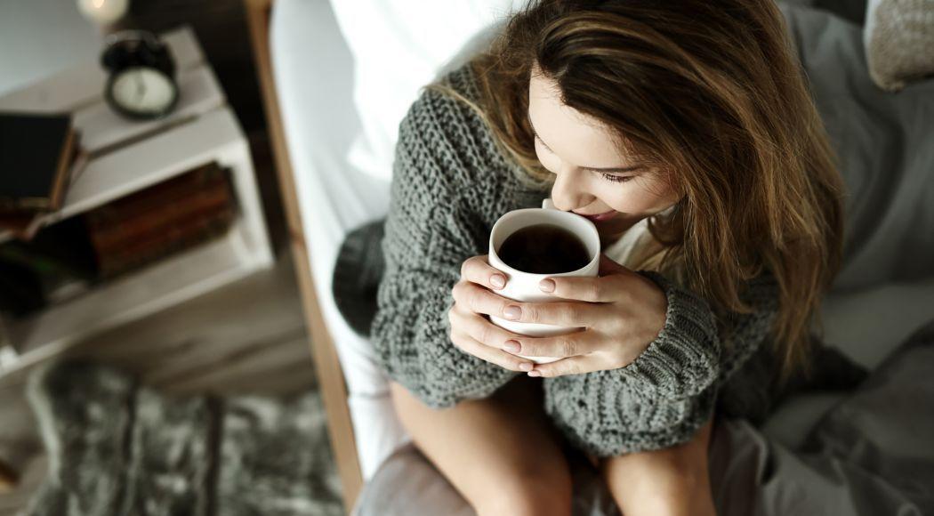 femme boit du cafe